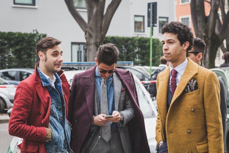 Les gens à l'extérieur du bâtiment de défilé de mode d'Armani pour le fa de Milan Women image stock