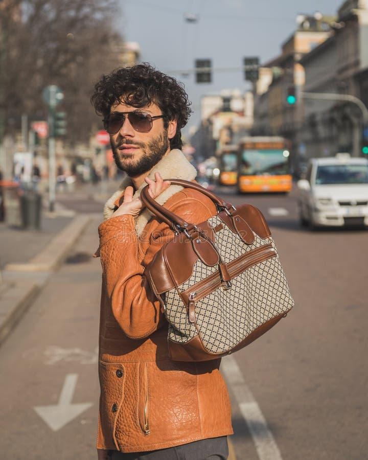 Les gens à l'extérieur du bâtiment de défilé de mode de Cavalli pour la semaine 2015 de la mode de Milan Men image stock