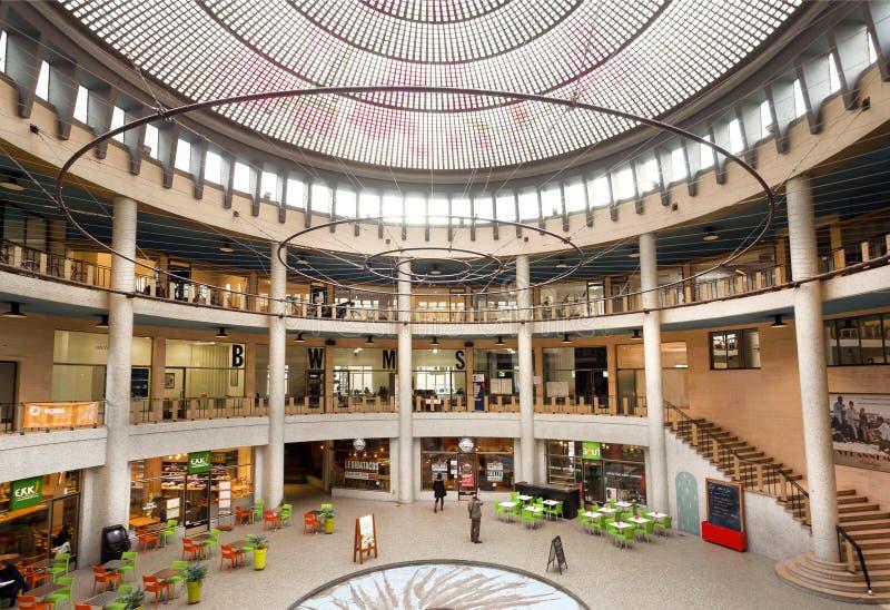 Les gens à l'intérieur d'un centre commercial à multiniveaux dans la galerie Ravenstein, exemple du modernisme monumental dans l' photo libre de droits