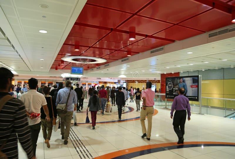 Les gens à l'intérieur de la station de métro à Dubaï, Emirats Arabes Unis photographie stock libre de droits