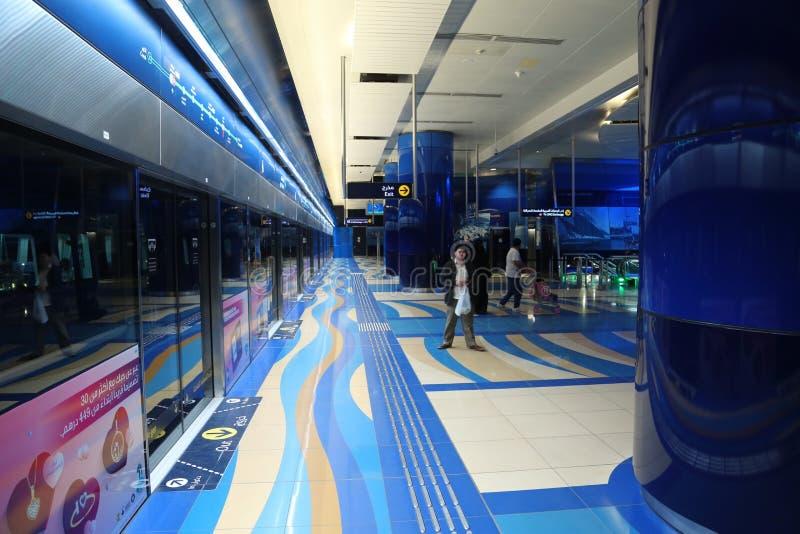 Les gens à l'intérieur de la station de métro à Dubaï, Emirats Arabes Unis images stock