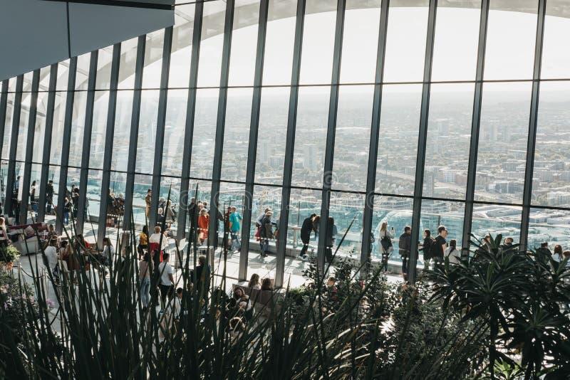 Les gens à l'intérieur du ciel font du jardinage, Londres, horizon de ville vu par le verre photo stock