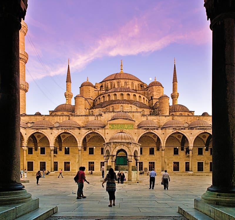 Les gens à la cour interne de mosquée bleue photos libres de droits