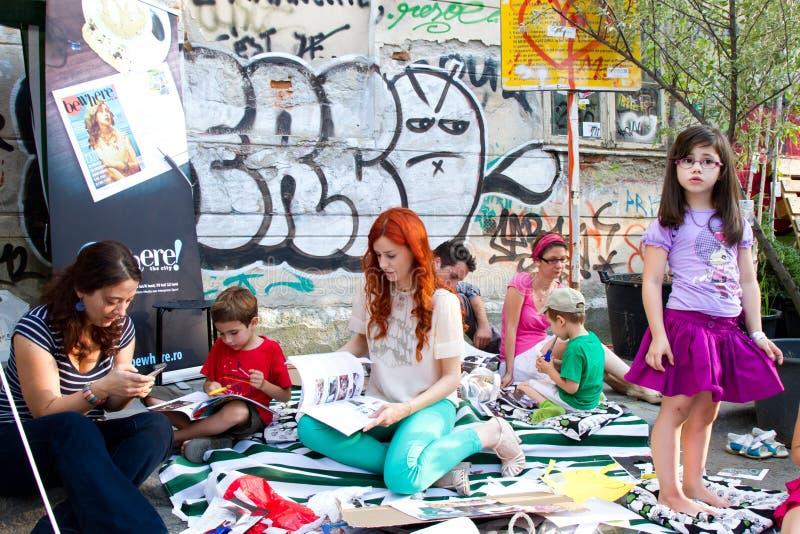 Les gens à la distribution de rue, Bucarest images stock