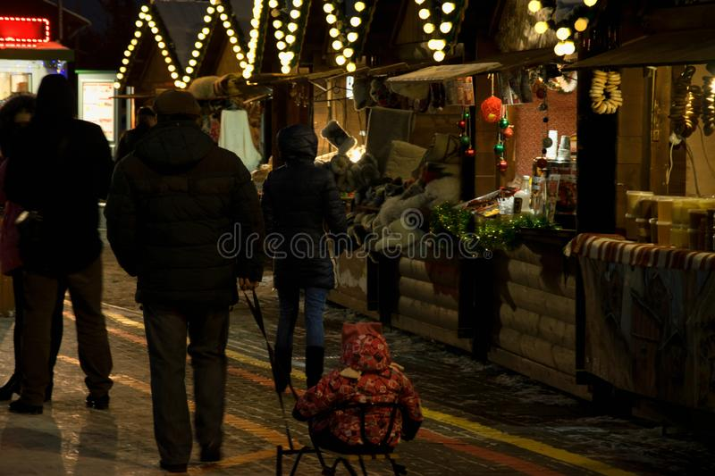 Les gens à la foire de Noël, aux vacances et à l'humeur de fête, nouvelle année dans la ville photos stock