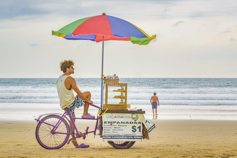 Les gens à la plage Equateur de Montanita image stock