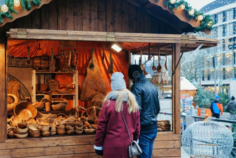 Les gens à la stalle sur le marché de Noël chez Kaiser Wilhelm Memorial Church en hiver Berlin, Allemagne Advent Fair Decoration  photos stock