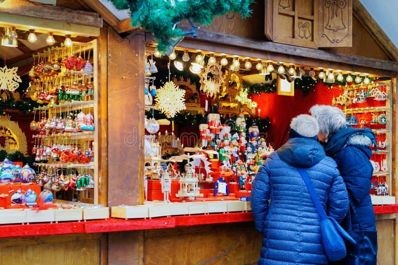 Les gens à la stalle sur le marché de Noël chez Kaiser Wilhelm Memorial Church en hiver Berlin, Allemagne Advent Fair Decoration  photo libre de droits