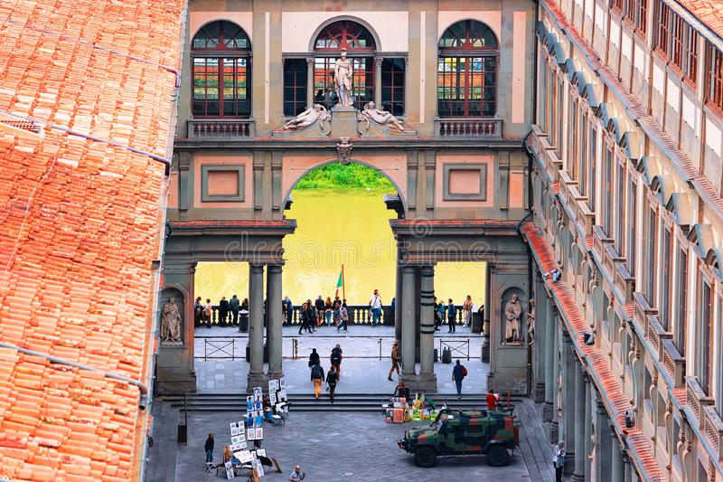 Les gens à la voûte au degli Uffizi de Piazzale à Florence images stock