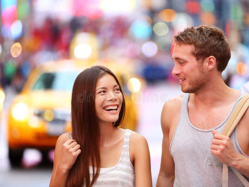 Les gens à New York - couple heureux sur le Times Square photo libre de droits