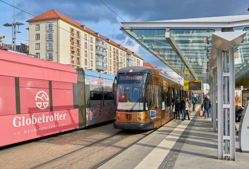 Les gens à un tram s'arrêtent au centre de la ville de Dresde images stock