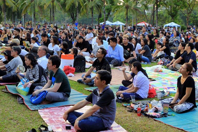 Les gens écoutent le concert de l'orchestre symphonique royal de Bangkok en parc de Lumpini image libre de droits