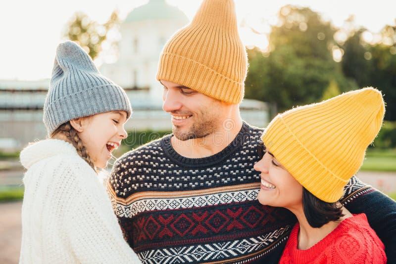 Les gens, les émotions agréables et le concept de bonheur Les jeunes parents heureux et leur petite fille adorble se tiennent ens photo stock