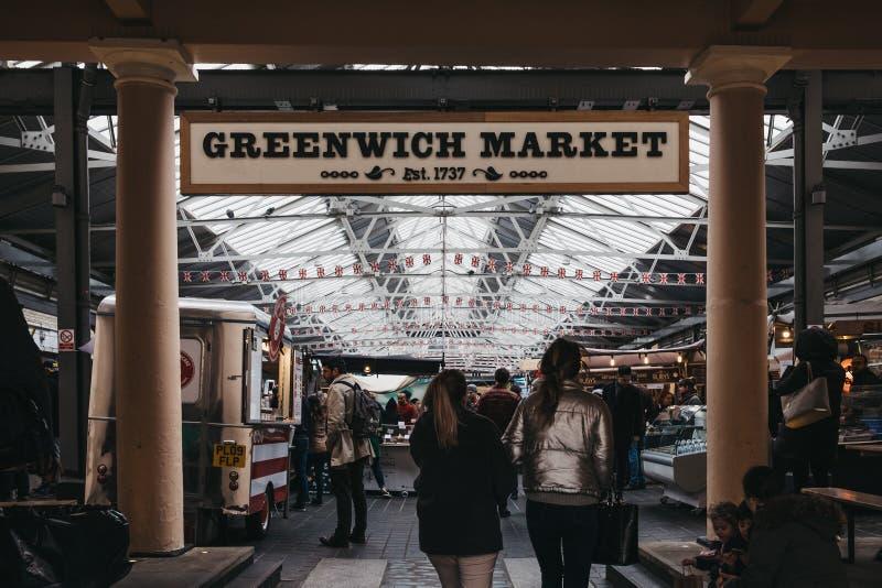 Les gens accédant au marché de Greenwich, le seul marché de Londres ont placé dans un site de patrimoine mondial images stock