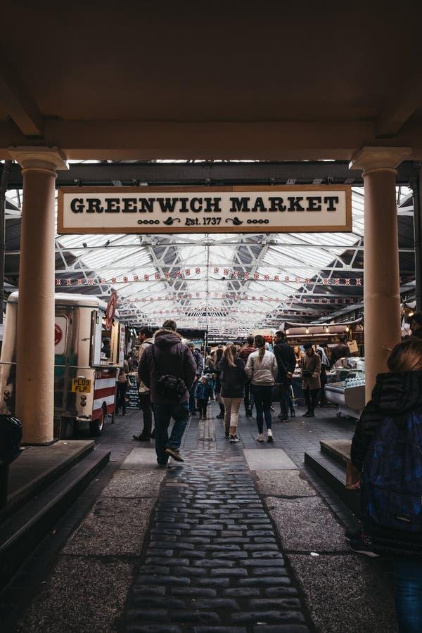 Les gens accédant au marché de Greenwich, le seul marché de Londres ont placé dans un site de patrimoine mondial image libre de droits