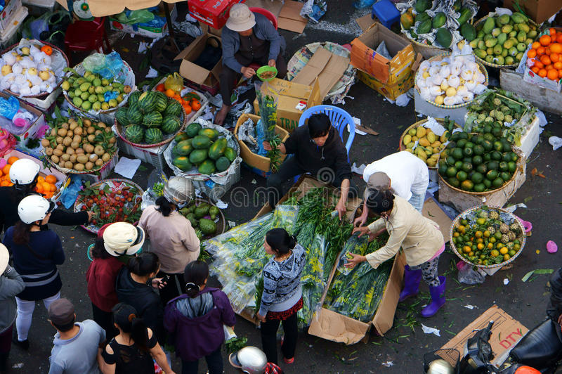 Les gens achètent et vendent le fruit au LAT de market.DA, VIETNAM 8 février 2013 photos libres de droits