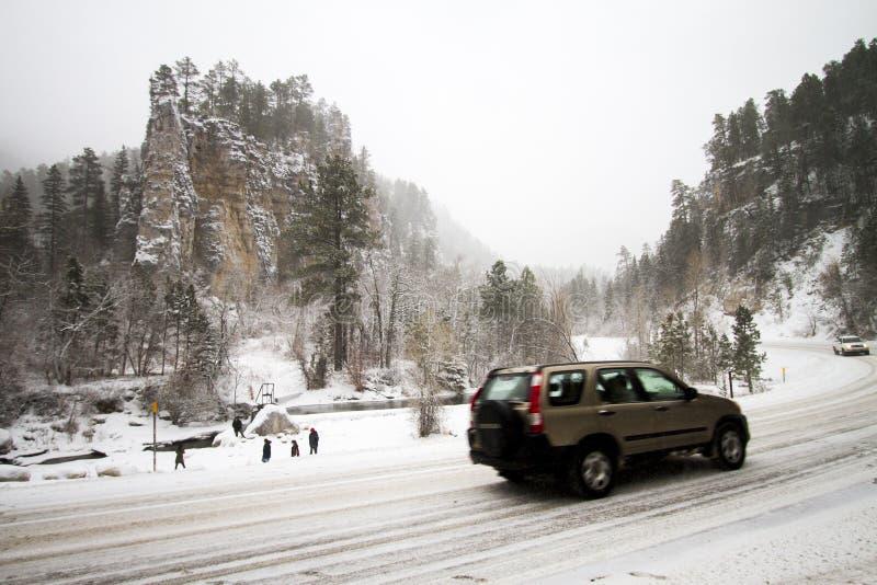 Les gens admirant l'hiver neigeux ont couvert la vallée dans le Spearfish, écart-type images stock