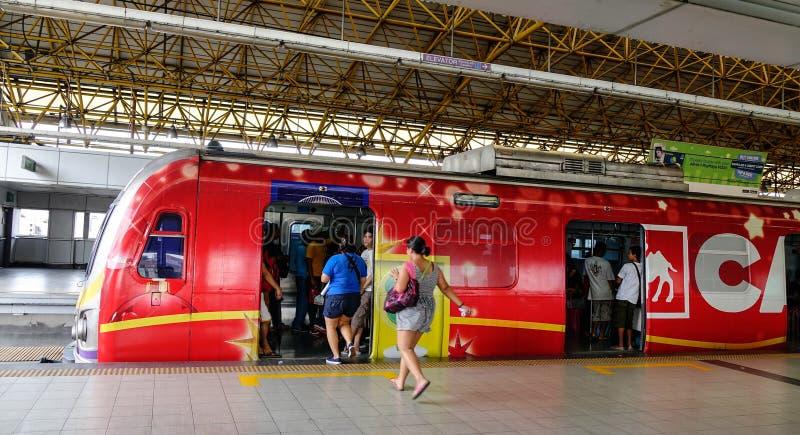 Les gens allant au train à Manille, Philippines image libre de droits