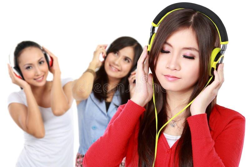 Les gens appréciant la musique avec des écouteurs images libres de droits