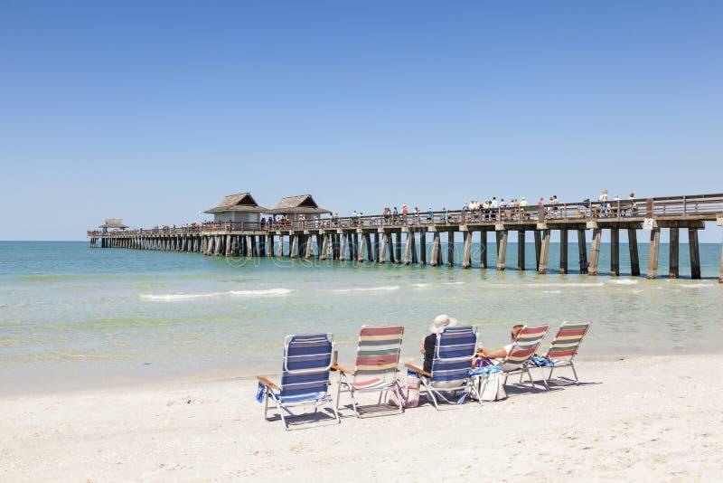 Les gens appréciant la plage à Naples, la Floride photographie stock