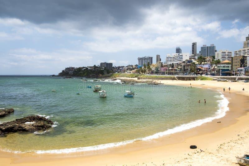 Les gens appréciant la plage de Farol de Barra photographie stock libre de droits