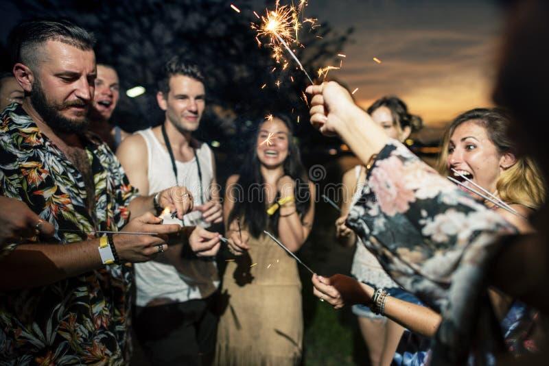 Les gens appréciant le cierge magique dans l'événement de festival photos libres de droits