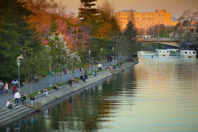 Les gens appréciant le coucher du soleil sur les banques de la rivière de bégums images libres de droits