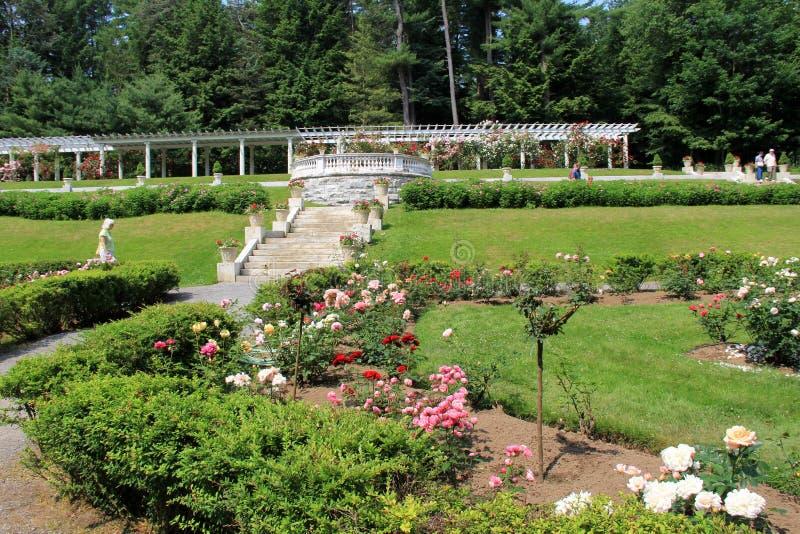 Les gens appréciant les jardins d'agrément aux jardins de Yaddo, Saratoga Springs, New York, juin 2013 photographie stock