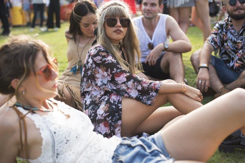 Les gens appréciant parler ensemble au festival de concert de musique photo libre de droits