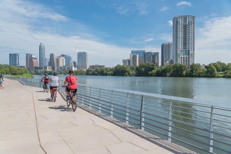 Les gens apprécient des activités en plein air sur la promenade dans Austin du centre photo libre de droits