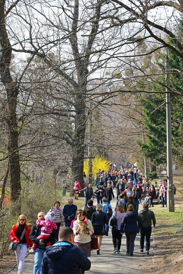 Les gens apprécient dimanche ensoleillé au jardin botanique à Kiev images stock