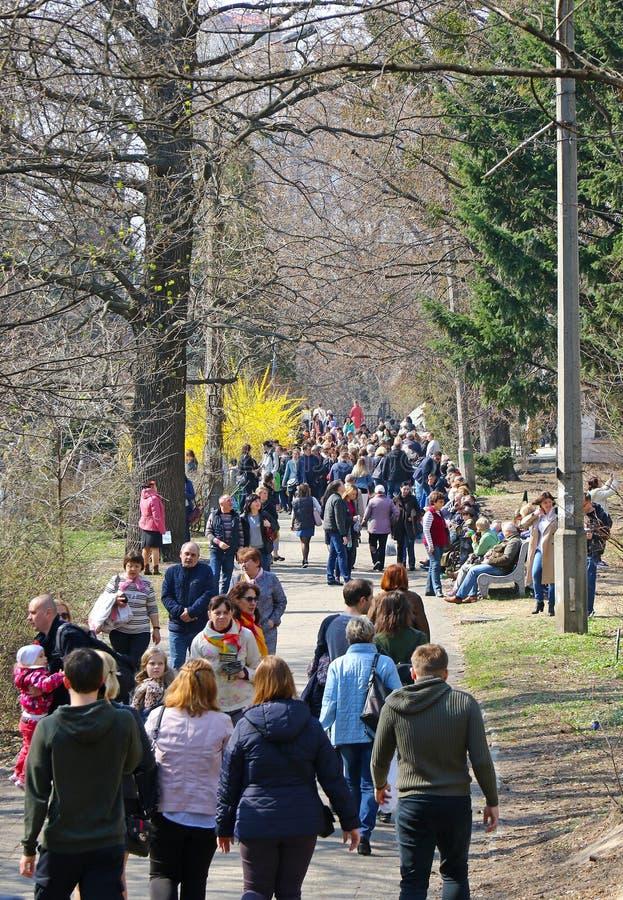 Les gens apprécient dimanche ensoleillé au jardin botanique à Kiev photo libre de droits