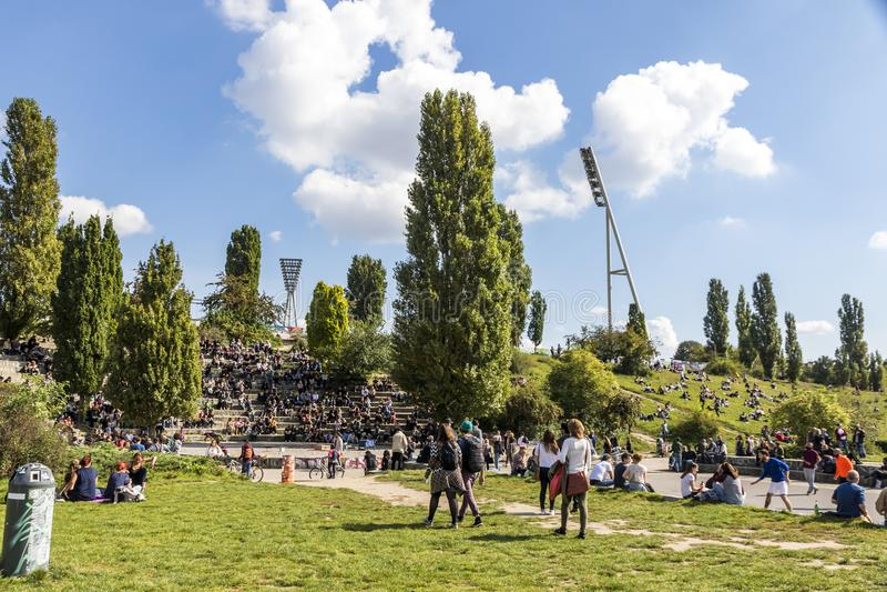 Les gens apprécient dimanche ensoleillé chez Mauerpark à Berlin image libre de droits