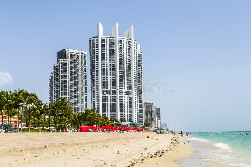 Les gens apprécient la plage à la tour d'atout à la plage ensoleillée d'îles images stock
