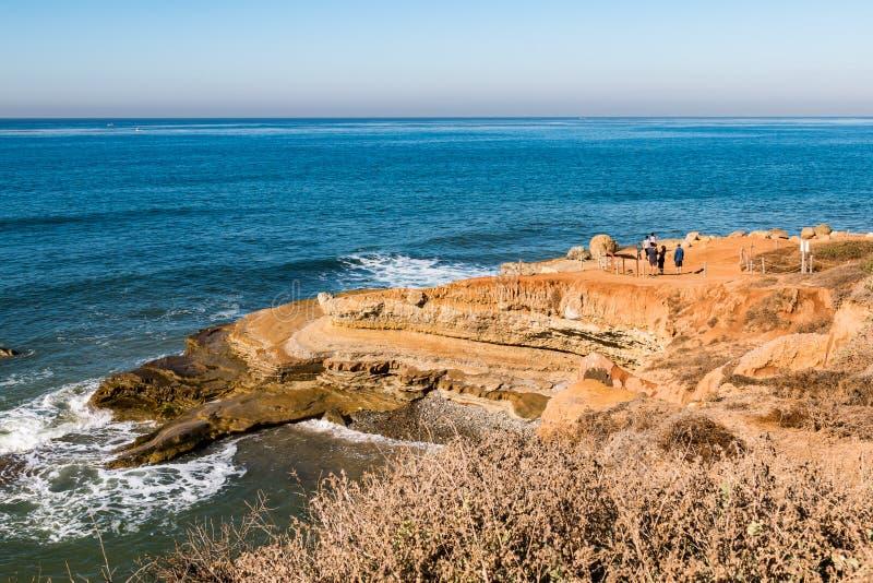 Les gens apprécient la région de Tidepool pendant la marée haute dans le Point Loma, la Californie photos libres de droits