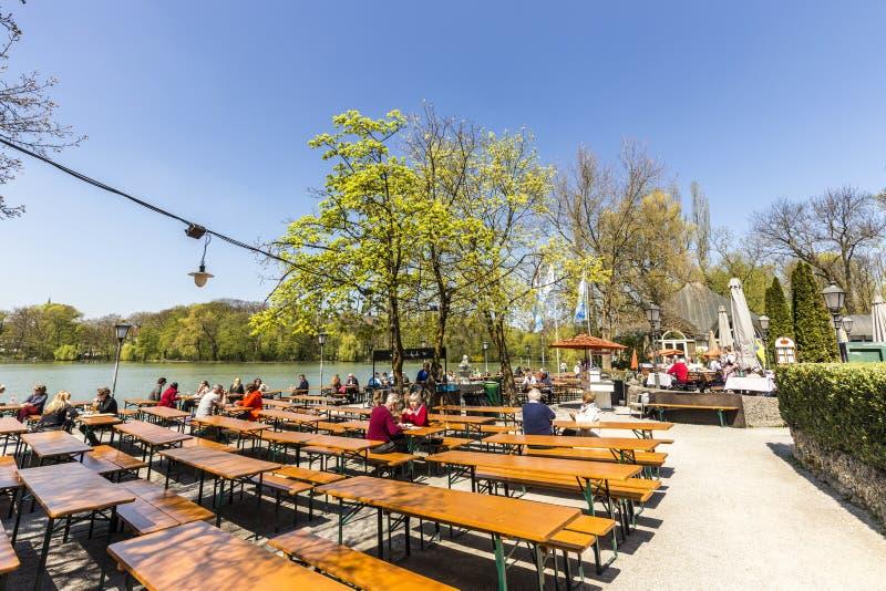 Les gens apprécient le beau temps chez le Seehaus à Munich photos stock