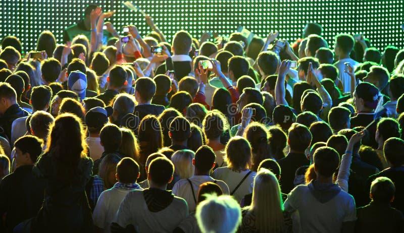 Les gens apprécient le concert de rock à un stade images libres de droits