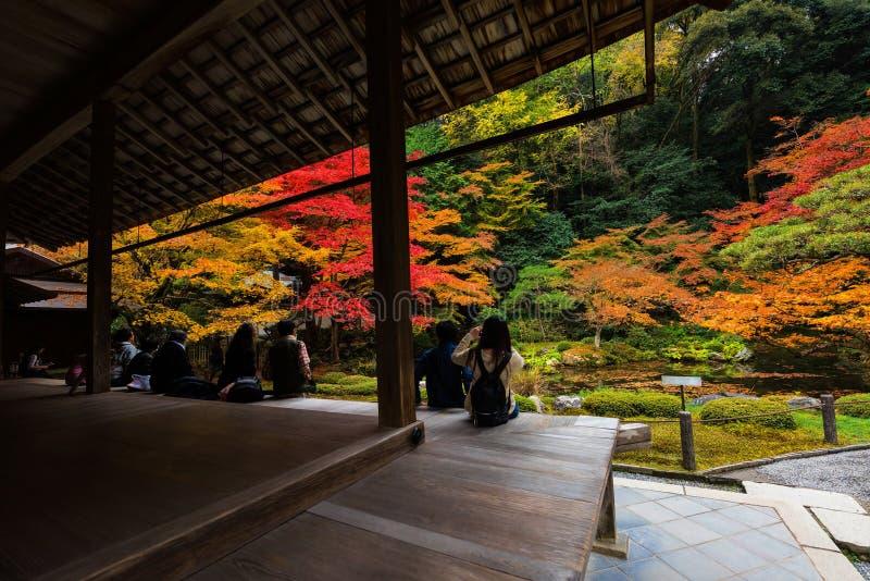 Les gens apprécient le jardin d'automne dans le temple de Nanzen-JI, Kyoto photos stock
