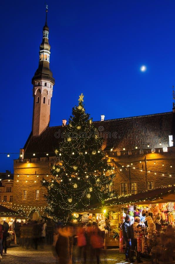 Les gens apprécient le marché de Noël à Tallinn image libre de droits