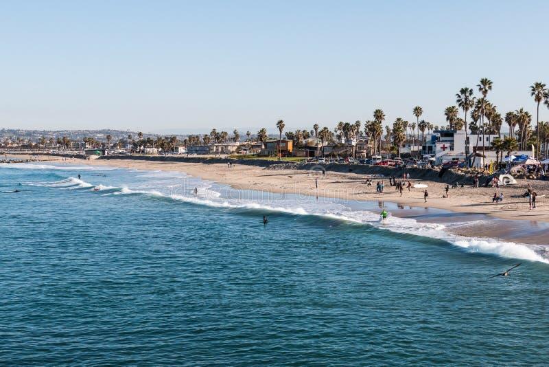 Les gens apprécient un matin sur la plage et surfer à la plage d'océan photos stock