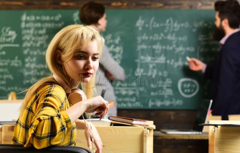 Les gens apprenant l'éducation et le concept d'école - mains d'étudiants avec l'inscription de livres ou de manuels L'étudiant re image stock