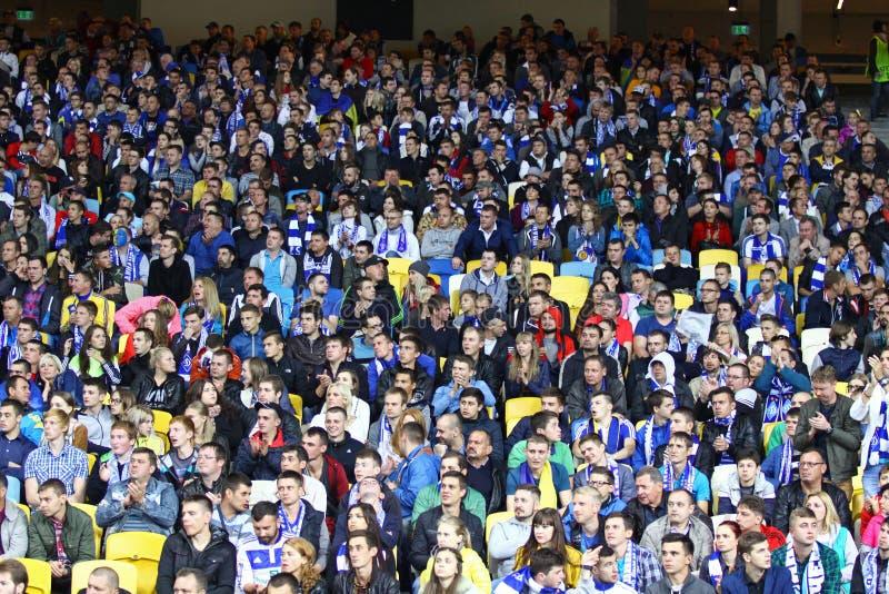 Les gens asseyent sur des tribunes d'un stade photos stock