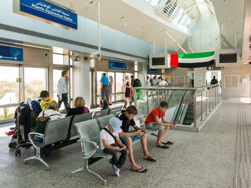 Les gens attendant à la station de monorail de paume à Dubaï photo libre de droits