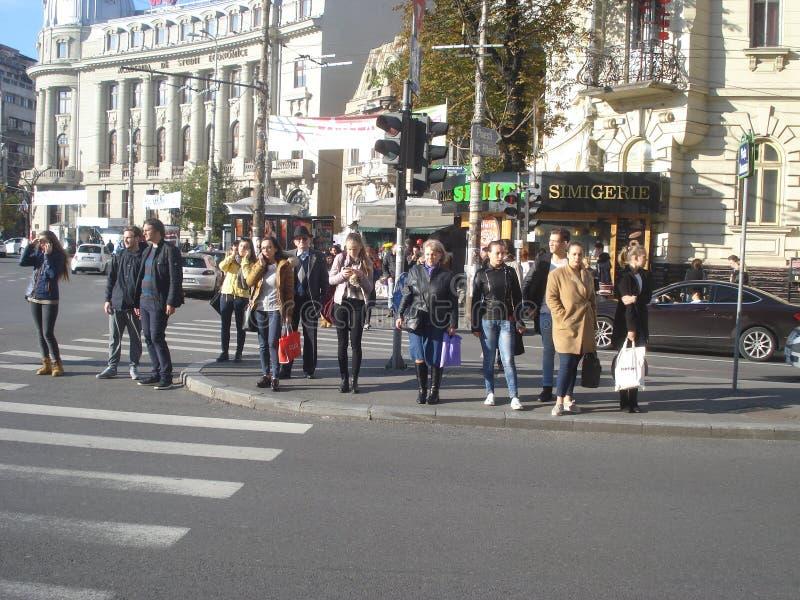 Les gens attendant au passage piéton photographie stock