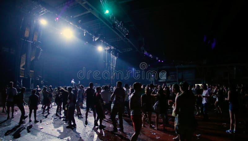 Les gens attendant l'émission en direct la nuit sonar au loin photo stock