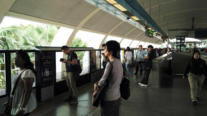 Les gens attendant le train à la station de MRT images stock
