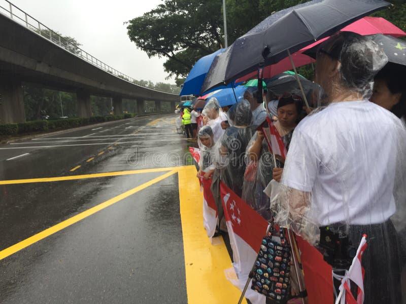Les gens attendant par le côté de la route la procession funéraire d'état du premier ministre ex de M. Lee Kuan Yew de Singapour photos libres de droits
