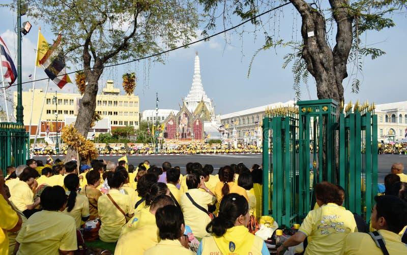 les gens attendant pour accueillir Sa Majesté le roi dans le couronnement du Roi Rama 10 chez Sanam Luang image libre de droits