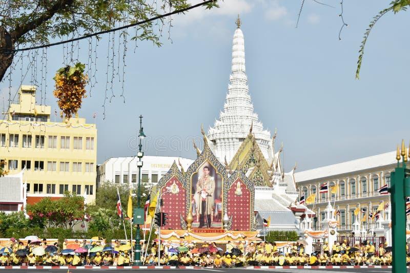 les gens attendant pour accueillir Sa Majest? le roi dans le couronnement du Roi Rama 10 chez Sanam Luang images libres de droits