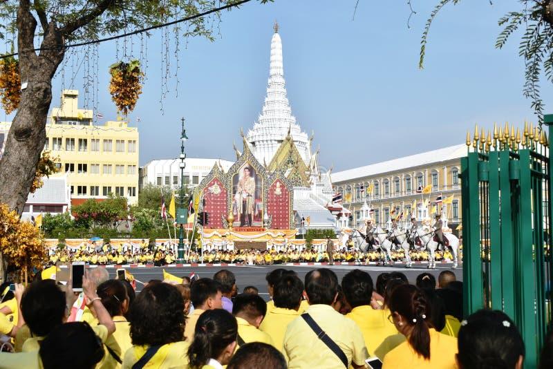 les gens attendant pour accueillir Sa Majest? le roi dans le couronnement du Roi Rama 10 chez Sanam Luang photo libre de droits